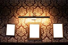 Parede de quadros e de whiteboards vazios no interior do bar - zombaria acima, quadro de avisos, espaço do anúncio dentro imagens de stock royalty free