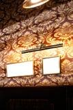 Parede de quadros e de whiteboards vazios no interior do bar - zombaria acima, quadro de avisos, espaço do anúncio dentro imagem de stock royalty free