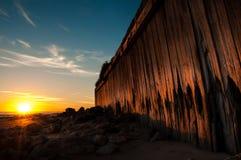 Parede de retenção de madeira da praia Fotografia de Stock Royalty Free