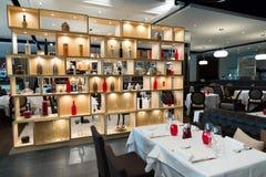 Parede de separação de madeira da prateleira do restaurante com decoração colorida imagem de stock royalty free