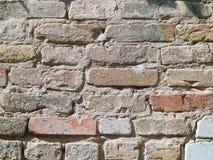 Parede de tijolo abandonada velha resistida com emplastro imagens de stock royalty free