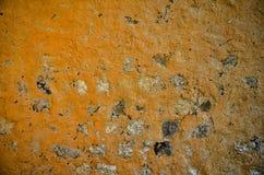 Parede de tijolo arruinada velha de uma casa da vila Fotos de Stock Royalty Free