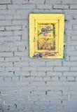Parede de tijolo branca com indicador velho Fotos de Stock