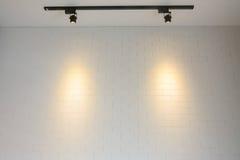 Parede de tijolo branca com luz da trilha Imagens de Stock