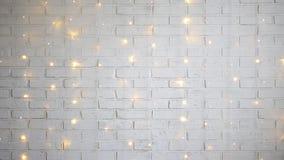 Parede de tijolo branca com luzes brilhantes filme