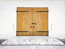 Parede de tijolo branca com o parafuso, os punhos de madeira e as dobradiças de porta feitos do ferro forjado Edifício preto e br fotografia de stock royalty free