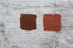 parede de tijolo Branco-cinzenta com o splotch pintado vermelho Foto de Stock Royalty Free