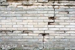 Parede de tijolo cinzenta danificada 2 imagem de stock
