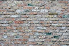 Parede de tijolo cinzenta vermelha, parede de tijolo com os tijolos coloridos coloridos, textura vermelha da parede, como o fundo imagem de stock