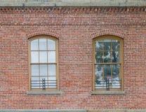 Parede de tijolo com as duas janelas velhas Imagens de Stock Royalty Free