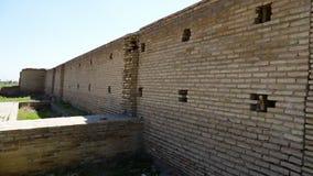 Parede de tijolo com as janelas para fora furadas pequenas vídeos de arquivo