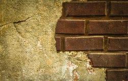 Parede de tijolo com cal Fotografia de Stock Royalty Free