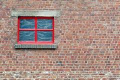 Parede de tijolo com janela vermelha Fotos de Stock Royalty Free