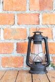 Parede de tijolo com lanterna antiga Imagens de Stock