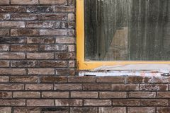 Parede de tijolo com parte da janela sob a construção fotos de stock