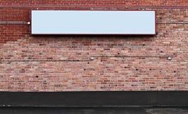 Parede de tijolo com sinal em branco Fotografia de Stock