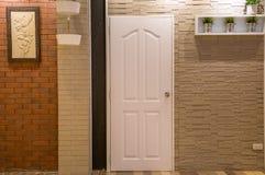 Parede de tijolo com somente umas parte dianteira/fachada da casa da janela em popular foto de stock