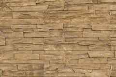 Parede de tijolo de pedra alaranjada com pedras irregulares Imagens de Stock Royalty Free