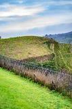 A parede de tijolo do limite no castelo de Dôvar e com grama verde imagem de stock