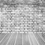 Parede de tijolo e assoalho da madeira fotos de stock