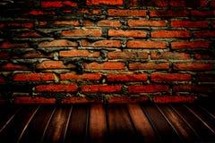 Parede de tijolo e assoalho de madeira Fotografia de Stock Royalty Free