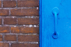 Parede de tijolo e porta azul Imagem de Stock