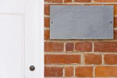 Parede de tijolo e porta branca Imagens de Stock Royalty Free