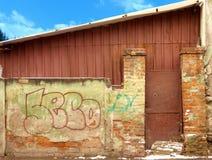 Parede de tijolo e porta metálica Fotografia de Stock Royalty Free