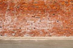 Parede de tijolo e rua velhas da estrada Foto de Stock Royalty Free