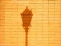 Parede de tijolo e sombra da gota da lâmpada de rua Fotografia de Stock