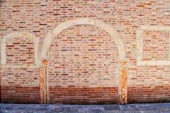 Parede de tijolo em Veneza com arco Fotos de Stock