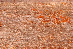 Parede de tijolo fortemente destruída do tijolo vermelho foto de stock