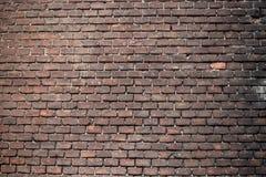 A parede de tijolo iluminou-se diferentemente fotografia de stock