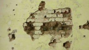 Parede de tijolo na casa abandonada Tiro liso e lento da zorra vídeos de arquivo