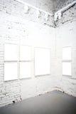Parede de tijolo no museu com frames Fotografia de Stock