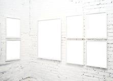 Parede de tijolo no museu com frames Imagens de Stock Royalty Free