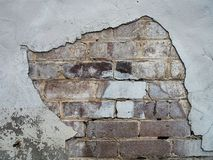A parede de tijolo pintada branco com descascado rende Imagens de Stock
