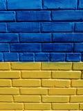 Parede de tijolo pintada nas cores brilhantes fotos de stock royalty free