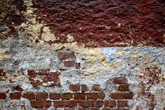 Parede de tijolo quebrada Fotos de Stock