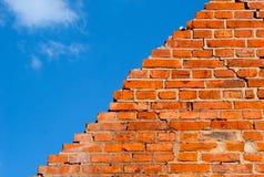 Parede de tijolo quebrada de encontro ao céu Fotografia de Stock Royalty Free