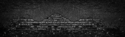 Parede de tijolo queimada preta com caído a textura larga do emplastro Alvenaria gasto velha desintegrada Fundo sombrio escuro foto de stock