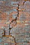 Parede de tijolo rachada Quebra profunda em uma parede de tijolo Fotos de Stock