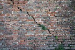 Parede de tijolo rachada - quebra profunda em uma parede de tijolo Foto de Stock Royalty Free