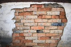 Parede de tijolo resistida e rachada Fotos de Stock Royalty Free