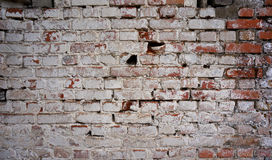 Parede de tijolo suja velha com descascamento da pintura branca Fotos de Stock Royalty Free