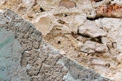 Parede de tijolo velha cavada com descascado fora do emplastro Máscaras cinzentas brancas da cor da terracota com textura áspera  imagem de stock