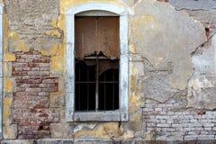 Parede de tijolo velha com janela quebrada Foto de Stock