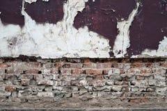 Parede de tijolo velha com textura do fundo do emplastro e da pintura fotografia de stock