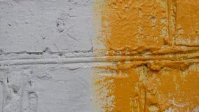 parede de tijolo velha da construção Branco e amarelo Imagens de Stock Royalty Free