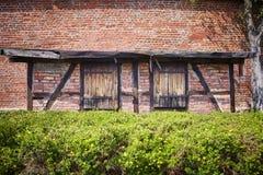 Parede de tijolo velha da construção com portas e elementos de madeira Imagens de Stock
